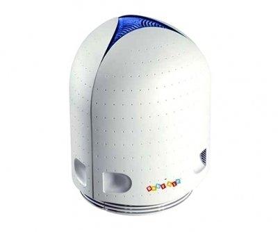Очиститель воздуха без сменных фильтров Airfree Baby AirБез сменных фильтров<br>Очиститель воздуха Airfree  Baby Air предназначен для использования в жилых помещениях, площадь которых не превышает 22 квадратных метров. Представленная модель эффективно устраняет аллергены, пыль и болезнетворные микроорганизмы. Благодаря бесшумной работе прибор можно использовать и во время сна. Имеется синяя подсветка  антистресс , которая регулируется по яркости и может быть отключена.<br>Основные преимущества воздухоочистителей серии P:<br><br>Используют современную технологию очистки воздуха TSS.<br>Технология TSS наиболее эффективно из всех существующих технологий удаляет из воздуха бактерии и вирусы, опаснейшие аллергены - споры плесени.<br>Технология TSS не подразумевает использование сменных фильтров или иных расходных материалов.<br>Не использует химические соединения, катализаторы, источники электромагнитного излучения, не выжигает кислород.<br>Подача воздуха в прибор осуществляется без участия электродвигателя, путем создания конвекционных потоков.<br>Повышенная надежность.<br>Не требует обслуживания.<br>Полностью автоматическая работа.<br>Низкое потребление энергии.<br>Компактность и портативность.<br>Экологически чистая технология.<br>Не выделяет озона или ионы.<br>Отмеченный наградами дизайн.<br>Абсолютно бесшумная работа.<br>Регулируемая по яркости (есть возможность ее полного отключения) подсветка Антистресс, рекомендованная медиками для постоянного применения в детских спальнях в качестве ночника, в гостиных в качестве вечерней фоновой подсветки, в т.ч. и во время просмотра телепередач.<br>По количеству и качеству независимых тестов эффективности Airfree прочно удерживает первое место в мире.<br><br> <br>Очистители воздуха серии P от компании Airfree могут применяться в помещениях различного назначения: детские комнаты, спальни, кухни, общие жилые комнаты, гостиницы, офисы, больницы, школы и т.д. Такая универсальность обусловлена внедренной новейшей технологией очистк