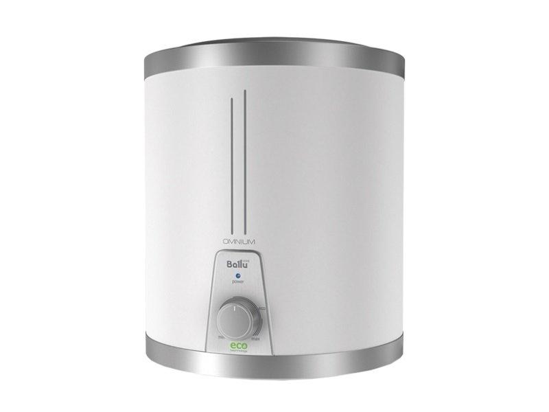 Электрический накопительный водонагреватель Ballu15 литров<br>BWH/S 15 OMNIUM U   бытовой малолитражный водонагреватель накопительного типа от Ballu. Модель, которая в отличие от большинства накопительных бойлеров подключается к водопроводу сверху   это позволяет установить прибор под раковину и тем самым не занимать полезное пространство. Водонагреватель может работать в нескольких режимах   MIN нагрев (30 0С), MAX нагрев (75 0С) и режим Eco (55 0С).<br>Отличительные особенности водонагревателя накопительного типа серии OMNIUM:<br><br>Тип: накопительный, модели объемом 10 и 15 литров;<br>Исполнение: установка вертикальная;<br>Возможность подключения к водопроводу сверху   модели с литерой  U ;<br>Форма корпуса: классическая круглая;<br>Дизайн: ультракомпактная конструкция, корпус белого цвета;<br>Конструктивные особенности: накопительный резервуар из нержавеющей стали;<br>Быстрый нагрев воды   время нагрева от 30 до 40 мин до температуры 75 0С;<br>Водонагреватель может работать в экономичном режиме   Eco technology. Данный режим обеспечивает снижение образования накипи, положительно влияет на ресурс нагревательного элемента;<br>Управление механическое, предусмотрен индикатор нагрева;<br>Трех уровневая система безопасности: УЗО, предохранительный клапан, защита от перегрева и сухого нагрева;<br>Класс защиты корпуса IPX4;<br>Низкие потери тепла   слой пенополиуретановой теплоизоляции 20 мм;<br>Простое и удобное обслуживание водонагревателя. <br><br>Данная серия представлена малолитражными водонагревателями накопительными   объемом 10 и 15 литров и имеет подключение воды сверху или традиционно снизу. Такие водонагреватели занимают мало места, могут устанавливаться под раковину. Отличительной особенностью является быстрый нагрев воды   это обусловлено небольшим объемом бака и стандартным нагревательным элементом мощность 1,5 кВт. Время нагрева у данных моделей составляет от 30 до 40 мин. Выбирая водонагреватель, нужно учитывать для каких целей будет использоваться горя