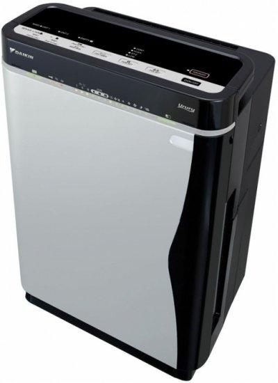 Очиститель воздуха Daikin MCK75JОчистка + Увлажнение<br>Использование очистителя-увлажнителя воздуха Daikin MCK75J подарит Вам идеальную свежесть и чистоту в помещении, нормальный уровень влажности. Степень увлажненности Вы можете задавать самостоятельно, а можете доверить заботу о качестве воздуха прибору &amp;ndash; установив автоматический режим. <br>Система фильтров и плазменно-электростатическая очистка воздуха по запатентованной технологии Flash Streamer обеспечивает идеальное устранение из воздуха химических и механических примесей, вредных микроорганизмов, а губчатый увлажняющий фильтр, включенный в систему Ururu, не только способствует очистке воздуха, но и наполняет его влагой.<br>Особенности прибора:<br><br>Система увлажнения по японской технологии Ururu<br>Бактерицидный увлажняющий фильтр<br>Катехиновый фильтр<br>Плазменный ионизатор<br>Система очистки Flash Streamer с титаносодержащим покрытием<br>Дезодорирующий каталитический фильтр<br>Тихая работа при высокой производительности<br>Управление с панели управления на приборе и пульта ДУ<br>Два варианта управления интенсивностью увлажнения<br>Четыре скоростных режима вентилятора<br>Таймер отсрочки отключения прибора<br>Наличие режима &amp;ldquo;Турбо&amp;rdquo;<br>Автоматический режим контроля интенсивности работы<br>В комплект поставки входит 7 сменных фильтров<br>Рабочий ресурс серебросодержащего элемента поддона превышает 10 лет<br>Эргономичный и эстетичный современный дизайн корпуса прибора<br><br>Технология увлажнения Ururu представляет собой запатентованный метод одновременной очистки воздуха и его увлажнения. Вода из водяного отсека подается на пористый фильтр, через который при этом пропускается очищаемый воздух. Воздушная масса, проходя через фильтр, насыщается влагой и освобождается от загрязнений и запахов.<br><br>Система электростатической и плазменной очистки воздуха Flash Streamer по своей эффективности значительно превосходит качество очистки воздуха при помощи тлеющего разряда и удаляет из