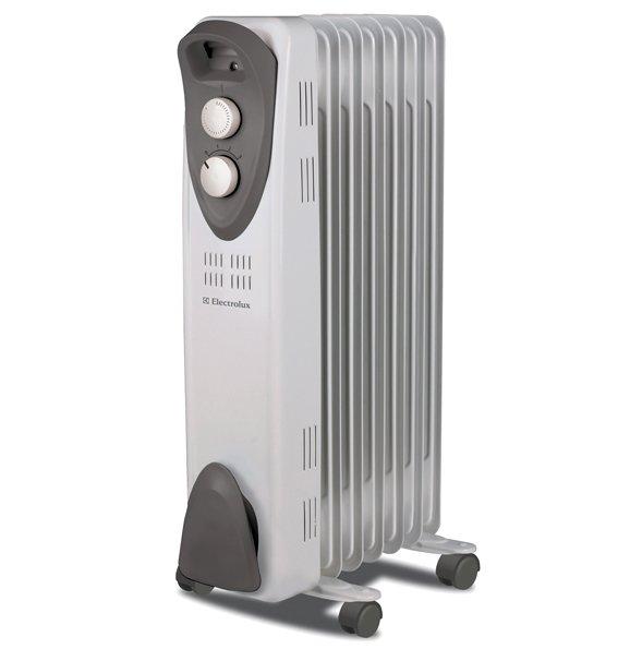 Масляный радиатор Electrolux EOH/M-3105Масляные радиаторы<br>Корпус масляного радиатора ElectroLux (Электролюкс) EOH/M-3105 ультракомпактен, благодаря чему агрегат не будет занимать много полезного пространства. Инновационная технология, которая применялась при производстве оборудования, позволило повысить герметичность корпуса. Увеличенная толщина стальных стенок обусловила повышенную устойчивость к ударам. Колесики в сочетании с удобной ручкой позволяют легко перемещать радиатор.<br><br><br><br><br>Особенности и преимущества масляных радиаторов Electrolux серии EOH/M &amp;ndash; 3:<br><br>Три режима обогрева<br>Высоконадежный механический термостат<br>Простое эргономичное управление<br>Место для хранения шнура питания<br>Ручка для удобства передвижения<br>Ролики для перемещения<br>Уникальный дизайн<br>Высокая экологичность &amp;ndash; в качестве наполнителя используется экологичное масло HD-300, проходящее многоступенчатую систему очистки<br>Защита от опрокидывания &amp;ndash; встроенный датчик отключит масляный радиатор при отклонении включенного прибора от рабочего состояния или его опрокидывании<br>Защита от перегрева &amp;ndash; встроенный датчик отключит прибор в случае перегрева<br><br><br><br>&amp;nbsp;<br><br><br>&amp;nbsp;<br>Режимы работы:<br><br>Мощность обогрева 400Вт<br>Мощность обогрева 600Вт<br>Мощность обогрева 1000Вт<br><br><br><br><br>Маслонаполненные радиаторы EOH/M &amp;ndash;3 от торговой марки Electrolux придутся по вкусу приверженцам минимализма. В их облике нет ничего лишнего: только четкость линий корпуса, нейтральная цветовая гамма, функциональные детали. Ассортимент семейства представлен моделями с пятью, семью, девятью и одиннадцатью секциями &amp;ndash; для помещений жилого, коммерческого и административного типа площадью до двадцати пяти квадратных метров. Приобретая в интернет-магазине mircli.ru масляные радиаторы Electrolux, вы становитесь обладателем надежных и эффективных приборов, с официальной гарантией и инструкцией на русском 