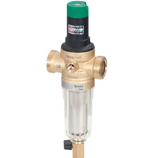 Фильтр для воды Honeywell FK06-1/2AAМагистральные<br>Фильтр Honeywell (Ханивел) FK06-1/2AA предназначен для работы с холодной водой, температура которой не превышает 40оС. Изделие проводит эффективную предочистку от взвешенных примесей, отличается большим ресурсом работы. Фильтр не имеет деталей, требующих замены по истечении какого-то срока. Сетка фильтра, которая задерживает загрязнения, может промываться.<br>Особенности и преимущества фильтра:<br><br>Назначение: предварительная очистка холодной воды<br>Использование: водоснабжение зданий всех типов; могут использоваться в промышленных и коммерческих целях в пределах их технических условий.<br>Тип соединений: наружные резьбовые.<br>Монтажное положение фильтра: устанавливается на горизонтальном трубопроводе чашей вниз.<br>Обратная промывка фильтрованной водой: нет.<br>Размер ячейки фильтра: 100 мкм.<br>Присоединительный размер:  .<br>Расход: 1,5 м3/ч.<br>Рабочее давление: 1,6 Мпа.<br><br>Немецкая торговая марка Honeywell разработала семейство предварительных фильтров с прямоточной промывкой. Их использование актуально в водоснабжающих системах зданий любого типа, как бытового, так и промышленного назначения. Эти устройства не просто очищаю воду, но и обеспечивают защиту системы от скачков гидродавления, тем самым предохраняя приборы, подключенные к водопроводу, от поломок. Фильтры этого производителя соответствуют самым строгим нормам и стандартам, что гарантирует их отличные качество и высокую степень эффективности.<br><br>Страна: Германия<br>Колво степеней очистки: 1<br>Фильтрация, л/м.: 25<br>Емкость, л: Нет<br>Раб. давление, атм: До 16<br>Раб. температура, С: 5...40<br>Умягчение: Нет<br>Минерализатор: Нет<br>Очистка от хлора: Нет<br>Очистка от тяжелых металлов: Нет<br>Очистка от ржавчины: Есть<br>Очистка от пестицидов: Нет<br>Очистка от фенола: Нет<br>Габариты, мм: 158x180x100<br>Вес, кг: 1<br>Гарантия: 1 год<br>Ширина мм: 180<br>Высота мм: 158<br>Глубина мм: 100