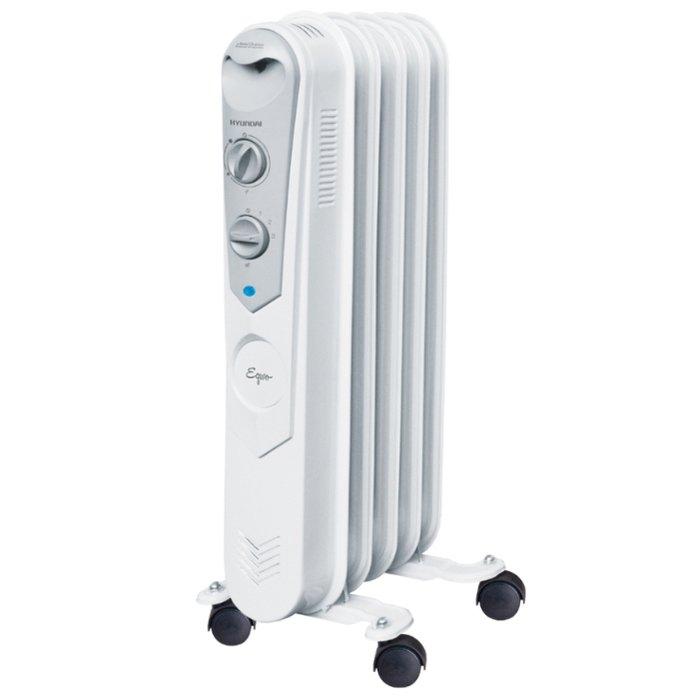Масляный радиатор Hyundai H-HO-4-05-UI895Масляные радиаторы<br>Hyundai (Хендай) &amp;nbsp;H-HO-4-05-UI895 &amp;mdash; это модель масляного обогревателя, разработанная с учетом нужд современных потребителей, которая оснащена высокоточным термостатом, выполненным на основе медного сплава. Данный радиатор имеет компактные размерные характеристики и лаконичный дизайн, будет приятно смотреться в любом помещении и не обращать на себя лишнего внимания домочадцев.<br>Основные достоинства рассматриваемой модели масляного обогревателя от Hyundai:<br><br>Классический типоразмер секций.<br>Высококачественный термостат.<br>Ступенчатое переключение мощности нагрева.<br>5 маслонаполненных секций.<br>Полноразмерная длина сетевого шнура.<br>Выключатель со световым индикатором.<br>Отсек для хранения шнура питания.<br>Простота установки масляного обогревателя &amp;ndash; не требует монтажа.<br>Удобная ручка для перемещения.<br><br>Обогреватели от торговой марки Hyundai имеют широкий список достоинств и функциональных особенностях, которые непременно понравятся современному потребителю и помогут значительно проще и эффективнее решить вопрос качественного искусственного обогрева жилых или любых других помещений. Модели сочетают в себе экономичность, надежность и простоту использования.<br><br>Страна: Корея<br>Мощность, Вт: 1000<br>Площадь, м?: 10<br>Колво секций: 5<br>Напряжение, В: 220 В<br>Вес, кг: 5<br>Гарантия: 1 год