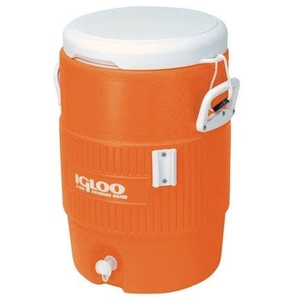 Изотермический контейнер Igloo 10 GAL Orange31-40 литров<br>Современный изотермический контейнер Igloo 10 GAL Orange станет надежным и незаменимым спутником в ваших поездках. Вместителен и удобен при транспортировке. Оснащен удобными ручками, креплением для одноразовых стаканов. При приобретении дополнительно аккумулятора холода позволяет сохранить температуру внутри до 72 часов.  Термоконтейнер подойдет не только для загородных поездок, но и для транспортировки медицинских препаратов, бытовых и косметических средств, не терпящих жары. Выполнен в оранжевом цвете, который легко заметен в любой среде.<br>Основные преимущества приобретения изотермической емкости от торговой марки Igloo:<br><br>Современный привлекательный дизайн.<br>Удобные для транспортировки размеры.<br>Удобные ручки, упрощающие перенос контейнеров.<br>Есть модели с защелками на крышках и без.<br>Резьбовая сливная пробка для отвода конденсата.<br>Двойная пенная UltraTherm   изоляция корпуса и крышки позволяет поддерживать хранить лед  до 5 дней при температуре окружающей среды не более + 30  .<br>Разнообразные цветовые решения.<br>Идеальны для любителей активного отдыха, рыбалки, охоты и путешествий.<br><br>Изотермическая продукция в настоящее время набирает обороты популярности. Одним из ведущих производителей в данной сфере является американская компания Igloo, которая достаточно давно уже зарекомендовала себя, как изготовителя только качественной, практичной, долговечной и полезной продукции. Ассортимент невероятно широк и разнообразен. Здесь есть и емкости для напитков, и сумки с изотермическими свойствами и различного типа и конфигурации термо-контейнеры.  <br><br>Страна: США<br>Объем, л: 38,0<br>Мощность, Вт: Нет<br>Питание, В: Нет<br>Max температура, C: Нет<br>Min температура, C: Нет<br>Функция подогрева: Нет<br>Дельта t, C: Нет<br>Кабель питания: Нет<br>Назначение: Изотермический контейнер<br>ГабаритыВШД,мм: 560x400x440<br>Вес, кг: 6<br>Гарантия: 1 год