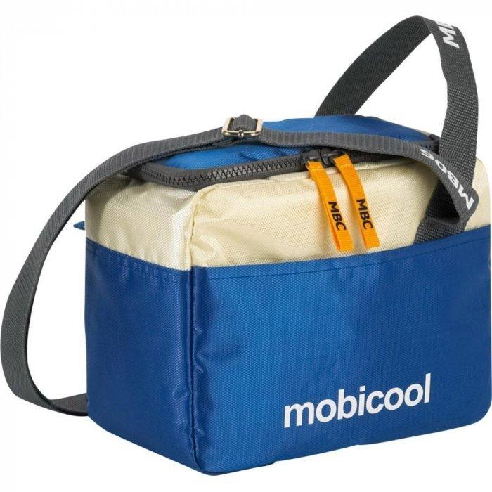 Сумка-холодильник Mobicool sail 6Сумки-холодильники<br>Mobicool (Мобикул) sail 6 &amp;ndash; это компактная термосумка, оснащенная наплечным ремнем, ручкой и внешними карманами. Представленная модель обеспечивает длительное сохранение температура внутри, причем как низкой, так и высокой. Изделие выполнено из очень прочного материала, отличается высокой степенью износоустойчивости. Может использоваться совместно с аккумуляторами температуры (приобретаются отдельно).<br>Особенности и преимущества представленной модели сумки-холодильника от компании Mobicool:<br><br>Сделано в виде удобной сумки.<br>Прочный материал изготовления.<br>Внутреннее термоотталкивающее покрытие.<br>Большая вместительность.<br>Сохранения и холода, и тепла.<br>Удобно переносить и хранить.<br>Компактные размеры, небольшой вес.<br>Высокая степень износоустойчивости.<br><br>Сумки-холодильники представляют собой удобные и компактные изотермические контейнеры, которые работают по принципу термоса. Такая сумка может сохранять не только холод, но и тепло. В интернет-магазине MirCli в широком ассортименте представлены сумки-холодильники от торговой марки Mobicool - известного немецкого бренда, продукция которого популярна как на иностранном, так и на российском рынке. Компания-производитель использует для своих контейнеров исключительно качественные материалы, что обуславливает их высокую износоустойчивость.<br>&amp;nbsp;<br><br>Страна: Германия<br>Объем, л: 5<br>Мощность, Вт: None<br>Питание, В: Нет<br>Темп. max, С: None<br>Темп. min, С: None<br>Габариты ВxШxД, мм: 190x130х230<br>Вес, кг: 1<br>Гарантия: 1 год<br>Кабель питания: Нет<br>Назначение: Сумкахолодильник