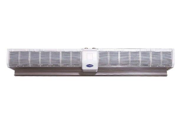 Электрическая тепловая завеса Olefini KWH-17Водяные<br>Воздушно-тепловая завеса модели Olefini (Олефини) KWH-17 может подключаться к системе водяного отопления обслуживаемого помещения   она оборудована водяным теплообменником, который выполнен из высококачественного неподверженному коррозии сплава, обуславливающего высокий уровень износоустойчивости теплообменника и долгий срок эксплуатации всего оборудования в целом.  <br>Особые преимущества тепловых завес Olefini серии 100  COMMERCIAL :<br><br>Водяной нагрев воздуха<br>Наличие воздухоотводчиков в теплообменниках<br>Низкий уровень энергопотребления<br>Высокий уровень эффективности<br>Высокий уровень надежности и безопасности<br>Простота в установке и эксплуатации<br>Низкие шумовые характеристики<br>Современный дизайн корпуса<br>Электронное управление - проводной пульт управления<br>Возможность подключения концевого выключателя и термостата помещения<br><br>Тепловые завесы Olefini серии 100  COMMERCIAL  работают совместно с системой водяного отопления, благодаря чему имеют ничтожно малое потребление электроэнергии. Приборы этой серии имеют стандартные параметры подключения: диаметр патрубков с внутренней резьбой составляет 3/4, что облегчает установку данного оборудования и исключает необходимость отдельно покупать дополнительные фитинги.<br><br>Страна: Греция<br>Производитель: Греция<br>Тип: Водяная<br>Термостат в комплекте: Нет<br>Расход воздуха, мsup3;/ч: 1600<br>Max высота, м: 2,3<br>Мощность, кВт: 20,3<br>Установка завесы: Горизонтальная<br>Регулировка температуры: Есть<br>Вентиляция без нагрева: Есть<br>Ширина завесы, м: 1,806<br>Пульт: Нет<br>Напряжение, В: 220 В<br>Вилка: None<br>Габариты ВхШхГ, см: 17,2х180,6х27,4<br>Вес, кг: 31<br>Гарантия: 1 год<br>Ширина мм: 1806<br>Высота мм: 172<br>Глубина мм: 274