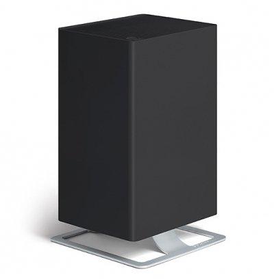 Очиститель воздуха Stadler Form V-002 Viktor BlackCо сменными фильтрами<br>Очиститель воздуха модели Stadler V-002 Viktor Black используется для того, что бы очищать воздух в помещениях с довольно большим метражом   до пятидесяти квадратных метров. Поэтому прибор с комфортом располагать и в малогабаритных помещениях, и в домах с довольно большим метражом. Конструкция представленного воздухоочистителя имеет не только отличный внешний вид, но и хорошие функциональные характеристики.<br>Процесс управления настолько простой, что с ним легко может справиться даже ребенок. Кроме стандартного набора кнопок на панели устройства расположены индикаторы мощности, а также удобный таймер, благодаря чему Вы имеете возможность программировать работу в нужном временном отрезке.<br>Особенности:<br><br>Для представленного воздухоочистителя была создана специальная система осуществления фильтрации, которая в совершенстве удаляет из воздуха большинство неприятных запахов, различных микрочастиц, а также вредоносных микроорганизмов.<br>Представленное устройство будет защищать Ваш дом от всевозможных бактерий и вирусов, шерсти домашних животных, пыли, а также пылевых клещей, неприятных запахов и дыма от сигарет. Такой уровень защиты обеспечивается благодаря наличию системы, которая состоит из различных комбинированных фильтров. В нее входят: фильтр для предварительной очистки, а также угольный фильтр и запатентованная система обеспечения многоступенчатой фильтрации называемая HPP. Эффективность такой системы достигается за счет выработки мощного магнитного поля. Прибор также обеспечен системой для произведения ароматизации воздуха в помещениях.<br>Для обеспечения пользователю максимально комфортного управления воздухоочистителем предусмотрена система многоуровневой мощности. В устройстве можно запрограммировать пять уровней скорости подачи потока воздуха - от самой минимальной, которая предназначается для использования ночью (ночной режим), до самой максимальной, которая предназначается д