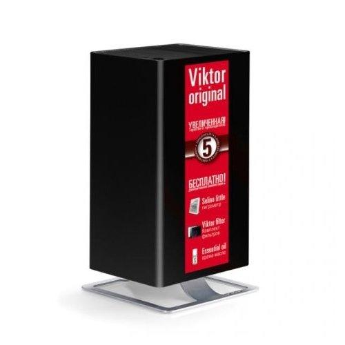Очиститель воздуха Stadler Form V-007 Viktor Original BlackCо сменными фильтрами<br>Каждый житель современного мегаполиса нуждается в качественном домашнем очистителе воздуха. Для этих целей и была создана ограниченная серия приборов Stadler Form (Стадлер Форм) V-007 Viktor Original Black. Очиститель оборудован тройной системой фильтрации, благодаря которой воздух очищается не только от пыли и грязи, но и от вирусов, микробов и неприятных запахов.<br>Особенности и преимущества:<br><br>Очиститель воздуха Viktor работает за счет высокоэффективной системы фильтров. Запатентованная система фильтрации HPP работает за счет генерации мощного магнитного поля, которое притягивает все загрязняющий частицы к стенкам фильтра. Данный фильтр очень эффективен против аллергенной пыльцы и болезнетворных микробов.<br>Кроме того, два эффективных фильтра   предварительный и угольный, задерживают частицы размером до 0,3 микрон (тоньше человеческого волоса), а также впитывают неприятные запахи и табачный дым.<br>Фильтр HPP легко моется при помощи водопроводной воды. На передней стороне фильтра расположена инструкция по промывке фильтра. Предварительный и угольный фильтр рассчитаны на один сезон работы.<br>Stadler Form Viktor является первоклассным очистителем воздуха. Очиститель очень эффективно притягивает все загрязнения и обеспечивает здоровый и благоприятный микроклимат в доме.<br><br>В комплект Viktor original входят:<br><br>угольный фильтр<br>аромамасло Relax<br>гигрометр Selina Little<br><br>Компания Stadler Form разработала широкий ассортимент очистителей воздуха, которые справляются с большим спектром загрязнений. В их числе не только пыль, но и аллергены (например, шерсть животных и пыльца), болезнетворные микроорганизмы, пылевые клещи и даже табачный дым. А стильный современный дизайн этих компактных устрйоств позволит им гармонично вписаться в интерьеры помещений.<br><br>Страна: Швейцария<br>Производитель: Швейцария<br>Площадь, м?: 50<br>Воздухообмен мsup3;: 200<br>Колво режи