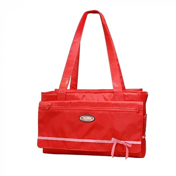 Сумка-холодильник Thermos Foogo Large Diaper  Fashion Bag in redСумки-холодильники<br>Foogo Large Diaper&amp;nbsp; Fashion Bag in red &amp;ndash; изотермическая сумка для переноски продуктов от английского бренда Thermos предназначена для смелых людей, любящих яркие цвета. Удобная сумка со множеством карманов, большим отделением и хорошей теплоизоляцией &amp;ndash; то что нужно для мамы, отправляющейся в поездку с малышом. Даже при высокой температуре на улице, в продукты в сумке сохранят исходную температуру в течение нескольких часов.&amp;nbsp;<br>Преимущества сумки-холодильника модели Foogo Large Diaper Fashion Bag:<br><br>Назначение: сумка-холодильник для сохранения температуры продуктов;<br>Сумка выполнена в классическом стиле;<br>Удобство -&amp;nbsp; сумка имеет несколько карманов;<br>Поддержание температуры в течение 4-5 часов;<br>С аккумуляторами температура в сумке может удерживаться в течение 8-10 часов;<br>Сумка изготовлена из водостойкого прочного материала;<br>Ткань, используемая для внешнего слоя, устойчива к УФ излучению &amp;ndash; цвет не выгорает;<br>Слой теплоизоляции от Thermos &amp;ndash; 4&amp;nbsp; мм пенополиуретан высокой плотности с рефлексивным слоем;<br>Для внутреннего слоя (подкладки) сумки использован водонепроницаемый материал;<br>В комплекте с сумкой предусмотрена многоразовая пеленка;<br>Сумка имеет 2 ручки для переноски, небольшой вес, среднюю вместимость &amp;ndash; 10 литров;<br>Длительный срок службы &amp;ndash; до 5 лет.&amp;nbsp;<br><br>Главное свойство сумки-холодильника это ее способность удерживать тепло или холод. У сумок, которые выпускаются под брендом Thermos, за это свойство отвечает многослойная теплоизоляция, которая является разработкой компании и имеет свое название -&amp;nbsp; Iso Tec Insulation. Главным изоляционным материалом является пена полиуретана, ее толщина составляет 4 мм. Изоляция имеет отражающий слой для максимального сохранения холода/тепла. Поэтому сумки-холодильники серии Foogo сохраняют тепло/холод 