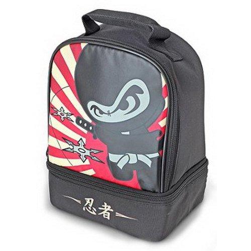 Сумка-термос Thermos Ninja DualСумки-холодильники<br>Thermos (Термос) Ninja Dual &amp;mdash; это максимально компактная и легкая для переноски сумка-термос, которая относится к категории детских товаров благодаря современному, немного забавному мультяшному дизайну. Представленное изделие подойдет не только для сохранения свежести продуктов питания, но и для других практических целей. Предусмотрена термоизоляционная подкладка под внешнюю ткань. &amp;nbsp;&amp;nbsp;&amp;nbsp;&amp;nbsp;&amp;nbsp;&amp;nbsp;<br>Основные достоинства рассматриваемой модели сумки-термоса от Thermos:<br><br>Невероятно стильный и забавный детский дизайн.<br>Прочный материал изготовления.<br>Внутреннее термоотталкивающее покрытие.<br>Идеальна для хранения продуктов питания для детей.<br>Удобно переносить и хранить.<br>Компактные размеры, небольшой вес.<br>Высокая степень износоустойчивости.<br><br>Сумки-термосы от торговой марки Thermos станут для вас отличными спутницами в путешествии или на пикнике, где они просто незаменимы благодаря своим эксплуатационным свойствам и пользовательским характеристикам. Данные аксессуары помимо того, что имеют большое количество дополнительных отделений, карманов для всяких мелочей и косметичку, при хранении удобно складываются.&amp;nbsp;<br><br>Страна: Великобритания<br>Объем, л: 4.5<br>Мощность, Вт: None<br>Питание, В: Нет<br>Темп. max, С: None<br>Темп. min, С: None<br>Габариты ВxШxД, мм: 250x180x120<br>Вес, кг: 1<br>Гарантия: 1 год<br>Кабель питания: Нет<br>Назначение: Сумкатермос