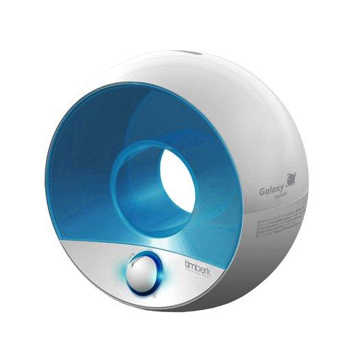 Увлажнитель воздуха Timberk THU UL 09 WУльтразвуковые<br> Timberk THU UL 09 (W)   это современный увлажнитель воздуха, обладающий функциями ионизации и ароматизации. Представленный прибор выполнен в современном дизайне, в светлой бело-голубой цветовой гамме. Предусмотрена иллюминация воды в емкости, а также подсветка ручки регулировки подачи пара, что создает эффект светильника, который с легкостью заменит ночник. Увлажнитель способен работать непрерывно до 10 часов. Для работы в ночное время предусмотрен специальный бесшумный режим Night Care.<br><br>Основные преимущества ультразвукового увлажнителя воздуха рассматриваемой модели:<br><br>Эксклюзивный дизайн Galaxy Ball.<br>Режимы работы: увлажнение, ароматизация, ионизация.<br>Подсветка позволяет использовать прибор в качестве ночного светильника.<br>Контурная подсветка ручки управления.<br>Встроенная капсула для любого ароматического масла.<br>Эффективная ароматизация -  арома-пар .<br>Механическое управление.<br>Ночной режим работы Night Care.<br>Отключаемая ионизация и иллюминация воды.<br>10 часов непрерывной работы.<br>Скрытая подача пара через правый контур бака.<br>3 фильтра для смягчения воды в комплекте.<br>Электронная система контроля воды.<br>Индикация и автоматическое отключение при отсутствии воды.<br>Ручка на корпусе для переноса.<br>В комплекте кисточка для очистки.<br><br>Серия увлажнителей воздуха Galaxy от шведской компании Timberk   это семейство приборов, которые эффективно устранят пересушенный воздух в помещении, на основе ультразвуковых колебаний. Кроме того, такие устройства, несмотря на невысокую стоимость, являются многофункциональными, так как способны наполнить воздух свежестью при помощи функции ионизации (при желании можно отключать). Также все приборы линейки могут с легкостью заменить ароматизатор воздуха, благодаря наличию в конструкции специальной капсулы, для заливки ароматических масел любого типа.<br> <br><br>Страна: Швеция<br>Производитель: None<br>Площадь, м?: 25<br>Площадь по