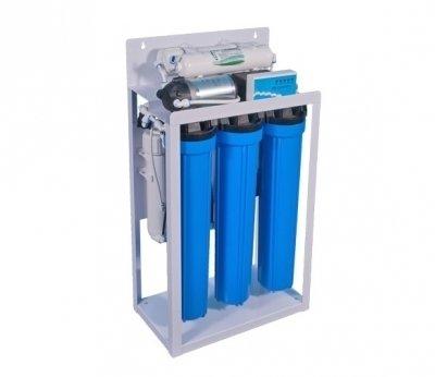 Фильтр для воды Аквафор ORGANIK W8340Магистральные<br>Системы обратного осмоса   Аквафор  ORGANIK W8340 является отличным решением для очистки воды от разных загрязнений. Посредством данной системы происходит качественная и быстрая фильтрация от нерастворимых частиц, размер которых составляет до 5 микрон. Осуществляется устранение активного хлора, неприятного запаха, вкуса и мутности. Встроенная высокоселективная мембрана обеспечивает удаление примесей меди, бария, селена, натрия, хрома, кадмия, свинца и другие разновидности загрязнителей. Используемый угольный постфильтр гарантирует улучшение органолептических показателей питьевой воды.<br>Комплектация:<br><br>Кран для отфильтрованной воды<br>Фитинги для подключения к магистрали<br>Реле высокого и низкого давления<br>Повышающий насос<br>Соленоидный клапан для остановки входящего потока воды и промывки мембраны<br>Контроллер режимов работы<br><br>Компания Аквафор   пожалуй, известнейший отечественный производитель фильтрующих систем для воды. Бренд динамично развивается, уже долгие годы находится на российском рынке и успел зарекомендовать себя в качестве надежного партнера. Магистральные фильтры от этой торговой марки   неизменно высокоэффективные, долговечные и удобные. Такие водоочистители устанавливаются непосредственно в магистраль водопровода, обычно при входе в дом или квартиру, тем самым обеспечивая предварительную очистку воды. Что благоприятно сказывается не только на здоровье человека и на работоспособности бытовых приборов и сантехнических изделий. Ассортимент Магистральных фильтров под брендом Аквафор невероятно широк. Поэтому каждый покупатель сможет подобрать максимально подходящую модель.<br><br>Страна: Россия<br>Колво степеней очистки: 3<br>Фильтрация, л/м.: 1,0<br>Емкость, л: None<br>Раб. давление, атм: 1,8<br>Раб. температура, С: до +40<br>Умягчение: Есть<br>Минерализатор: None<br>Очистка от хлора: Есть<br>Очистка от тяжелых металлов: Есть<br>Очистка от ржавчины: None<br>Очистка от пестицидов: Non
