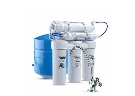 Фильтр для воды Аквафор ОСМО (100) исп.5Под мойку<br>Предлагаем вашему вниманию новый, еще более производительный фильтр для очистки воды от торговой марки Аквафор &amp;ndash; Осмо 100 исп. 5. Данная модель осуществляет тонкую фильтрацию водопроводной воды, благодаря чему ее можно принимать в пищу без предварительного кипячения. За счет уникального комплекта картриджей такое устройство пропускает воду через два фильтра предварительной очистки, затем через модуль глубокой тонкой очистки, далее &amp;ndash; через обратноосмотическую мембрану тонкой доочистки и, наконец, проведет мягкую коррекцию вкуса, цвета и запаха через последнюю ступень &amp;ndash; угольный карбон-блок. Стоит отметить, что глубокая очистка позволит избавить воду от всех известных солей, тяжелых металлов, хлора, а также бактерий и других возбудителей инфекций.<br>Особенности рассматриваемого фильтра от торговой марки Аквафор:<br><br>Повышенная производительность устройства.<br>Пять ступеней очистки воды.<br>Блок обратного осмоса поставляется в сборе.<br>Кран для чистой воды в комплекте.<br>Дренажный хомут и ключ для картриджей в комплекте.<br>Комплектуется накопительной емкостью.<br><br>Системы обратного осмоса от торговой марки Аквафор &amp;ndash; это совершенные системы фильтрации. Обратноосмотические мембраны сконструированы таким образом, что сквозь них проникают только молекулы воды, а все загрязнения &amp;ndash; задерживаются. Безусловно, скорость фильтрации у таких систем ниже, чем у обычных фильтров. Однако данный факт полностью компенсируется степенью очистки.<br>Ресурс фильтрующих модулей:<br><br><br><br><br>Полипропиленовый модуль (ЭФГ63-250)<br><br><br>~ 3 месяца<br><br><br><br><br>Модуль B510-03<br><br><br>~ 6 месяцев<br><br><br><br><br>Модуль B510-02<br><br><br>~ 6 месяцев<br><br><br><br><br>Обратноосмотическая мембрана TFM-100<br><br><br>~ 1,5-2 года<br><br><br><br><br>Угольный постфильтр<br><br><br>~ 1 год<br><br><br><br><br>&amp;nbsp;<br><br>Страна: Россия<br>Колво степеней очистки: