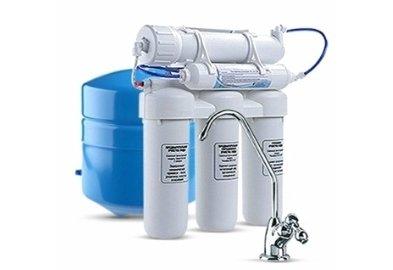 Фильтр для воды Аквафор ОСМО-50 исп. 5Под мойку<br>Аквафор Осмо 50 исп.5 весьма эффективен в борьбе с мутностью и жесткостью воды. Данный фиьтр для воды сочетает технологию карбон-блока с волокнами Аквален и полупроницаемую мембрану, что обеспечивает ультратонкую очистку. Пять ступеней фильтрации   предварительная механическая очистка, тонкая очистка, механическая и глубокая доочистки и сорбция   очистят воду от тяжелых металлов, взвешенных частиц, нитратов, фенолов, нефтепродуктов и излишек солей жесткости.<br>Системы обратного осмоса Аквафор   это совершенные системы фильтрации. Обратноосмотические мембраны сконструированы таким образом, что сквозь них проникают только молекулы воды, а все загрязнения   задерживаются. Безусловно, скорость фильтрации у таких систем ниже, чем у обычных фильтров. Однако данный факт полностью компенсируется степенью очистки.<br>Ресурс фильтрующих модулей:<br><br><br><br><br>Полипропиленовый модуль (ЭФГ63-250-20C)<br><br><br>~ 3 месяца<br><br><br><br><br>Модуль B510-03<br><br><br>~ 6 месяцев<br><br><br><br><br>Полипропиленовый модуль (ЭФГ63-250-5C)<br><br><br>~ 3 месяца<br><br><br><br><br>Обратноосмотическая мембрана TFM-50<br><br><br>~ 1,5-2 года<br><br><br><br><br>Угольный постфильтр<br><br><br>~ 1 год<br><br><br><br><br> <br><br>Страна: Россия<br>Колво степеней очистки: 5<br>Фильтрация, л/м.: 0,13<br>Емкость, л: 10<br>Минерализатор: None<br>Умягчение: Есть<br>Очистка от хлора: Есть<br>Очистка от тяжелых металлов: Есть<br>Очистка от ржавчины: Есть<br>Очистка от пестицидов: Есть<br>Очистка от фенола: Есть<br>Габариты, мм: 390х190х420<br>Вес, кг: 12<br>Гарантия: 1 год<br>Ширина мм: 190<br>Высота мм: 390<br>Глубина мм: 420