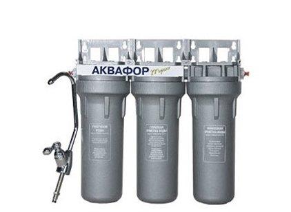 Фильтр для воды Аквафор Трио для мягкой  воды с металлическим кронштейномПод мойку<br>Аквалор Трио представляет собой компактную фильтр-систему, состоящую из трех модулей, которые помещены в единый корпус. Отличается водоочиститель ТРио достаточно высокой производительностью, подает чистую воду в отдельный кран. Справляется с загрязнениями размером до 0,8 мкм. Данная модель предназначена для мягкой воды: фильтр бережно очищает, сохраняя ее природный минеральный состав.<br>Представленная фильтрующая система справляется с несколькими задачами:<br><br>Обеззараживает, удаляет свободный хлор и тяжелые металлы.<br>Задерживает взвешенные примеси: песок, ржавчину, окалину и т.д.<br><br>Компания Аквафор постоянно находится в развитии. Топовые специалисты работают над созданием еще более эффективных, более совершенных, более удобных и долговечных систем фильтрации. И нужно отметить, что им это удается:&amp;nbsp; фильтры Аквафор выгодно отличаются от конкурирующих систем водоочистки, превосходя их по эффективности предварительной и глубокой очистки, обеззараживанию и сорбции.<br>Комплект поставки включает необходимые аксессуары для монтажа и комфортного использования:<br><br>Блок коллекторов.<br>Соединительная трубка.<br>Соединительная трубка со вставленной конической трубкой.<br>Переходник G1/2.<br>Прокладка (3мм).<br>Ключ пластиковый.<br>Кран для чистой воды.<br>Руководство по эксплуатации.<br>Комплект упаковки.<br><br>Ресурс фильтрующих модулей:<br><br><br><br><br>Модуль В510-03<br><br><br>~ 1 год<br><br><br><br><br>Модуль B510-02<br><br><br>~ 1 год<br><br><br><br><br>Модуль B510-07<br><br><br>~ 1 год<br><br><br><br><br>&amp;nbsp;<br><br>Страна: Россия<br>Колво степеней очистки: 3<br>Фильтрация, л/м.: 2,0<br>Емкость, л: None<br>Минерализатор: None<br>Умягчение: None<br>Очистка от хлора: Есть<br>Очистка от тяжелых металлов: Есть<br>Очистка от ржавчины: Есть<br>Очистка от пестицидов: Есть<br>Очистка от фенола: Есть<br>Габариты, мм: 332х105х296<br>Вес, кг: 7<br>Гарантия: 1 год