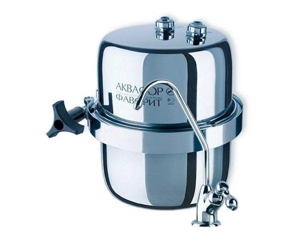 Фильтр для воды Аквафор В150 ФаворитПод мойку<br>Высокопроизводительный водоочиститель В150 Фаворит от бренда Аквафор представляет собой корпус, в который помещены два коаксиальных карбон-блока. Причем размер пор в фильтрующем материале уменьшается по направлению движения воды, что благоприятно сказывается, во-первых, на эффективности, во-вторых, &amp;ndash; на ресурсе работы картриджа. Именно поэтому представленная модель водоочистителя прекрасно проводит сорбцию, задерживая растворенные в воде частицы.<br>Представленная фильтрующая система справляется с несколькими задачами:<br><br>Очищает воду от пестицидов, тяжелых металлов, фенола и формальдегида.<br>Задерживает активный хлор.<br><br>Компания Аквафор постоянно находится в развитии. Топовые специалисты работают над созданием еще более эффективных, более совершенных, более удобных и долговечных систем фильтрации. И нужно отметить, что им это удается:&amp;nbsp; фильтры Аквафор выгодно отличаются от конкурирующих систем водоочистки. Превосходя их по эффективности предварительной и глубокой очистки, обеззараживанию и сорбции.<br><br><br>Страна: Россия<br>Колво степеней очистки: 2<br>Фильтрация, л/м.: 2,5<br>Емкость, л: None<br>Минерализатор: None<br>Умягчение: Есть<br>Очистка от хлора: Есть<br>Очистка от тяжелых металлов: Есть<br>Очистка от ржавчины: Есть<br>Очистка от пестицидов: Есть<br>Очистка от фенола: Есть<br>Габариты, мм: 180x210x180<br>Вес, кг: 4<br>Гарантия: 1 год<br>Ширина мм: 210<br>Высота мм: 180<br>Глубина мм: 180
