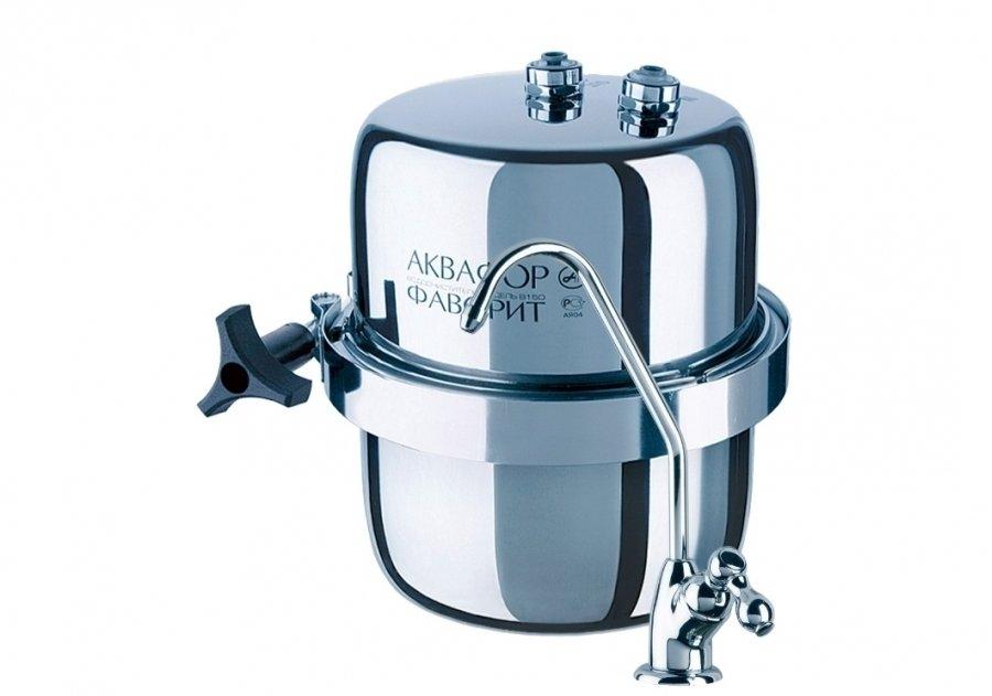 Фильтр для воды Аквафор В150 Фаворит ЭКОПод мойку<br>Практичная, стильная и простая в обращении модель многоступенчатого водоочистителя Аквафор В150 Фаворит ЭКО поможет вам наслаждаться чистой и свежей водой у вас дома в любое время дня и ночи. С таким устройством вам не страшны никакие примеси &amp;ndash; пестициды, тяжелые металлы (включая свинец), бензолы, а также соли жесткости и различные неприятные запахи &amp;ndash; Фаворит Эко удалит все, оставив только полезные для человека вещества.<br>Рассматриваемая модель водоочистителя от Аквафор успешно очищает:<br><br>От активного хлора.<br>От солей жесткости.<br>От свинца.<br>От кадмия.<br>От фенолов.<br>От бензолов.<br>От пестицидов.<br>От различного рода бактерий и вирусов.<br>От неприятных запахов и излишней цветности.<br><br>Представленный водоочиститель для воды Аквафор Кристалл отличается качественной глубокой доочисткой питьевой воды. Производитель использует новые технологии, что гарантирует оптимальное соотношение гранулированных и волокнистых сорбентов, обеспечивая устранение&amp;nbsp; вредных органических и неорганических растворенных веществ. Надежный и прочный центральный штуцер модуля имеет синий цвет. Структура фильтра имеет размер пор всего 5 мкм, что увеличивает очистные свойства. Практически на 100 % нейтрализуется остаточный активный хлор, нефтепродукты и ионы тяжелых металлов, а фенол и пестициды нейтрализуются с эффективностью 95%. Разработан современный слим-дизайн, который отлично сочетается с любым интерьером, а в некоторых случаях служит дополнением. Для изготовления фильтрующего модуля используется технология карбонблок. Применяется Аквален (активированное углеродистое волокно), который превосходит классический активированный уголь по всем параметрам.<br><br>Страна: Россия<br>Колво степеней очистки: 2<br>Фильтрация, л/м.: 2,5<br>Емкость, л: None<br>Минерализатор: None<br>Умягчение: Есть<br>Очистка от хлора: Есть<br>Очистка от тяжелых металлов: Есть<br>Очистка от ржавчины: Есть<br>Очистка от