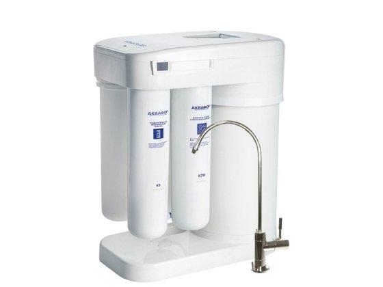Фильтр для воды Аквафор Водоочиститель исполнение ОСМО-М050-4-Б с минерализаторомПод мойку<br>Водоочиститель исполнение Аквафор ОСМО-М050-4-Б с минерализатором полноценно функционирует по принципу осмоса, что гарантирует высокую эффективность нейтрализации загрязнений. Имеет компактные габаритные габариты относительно других моделей. Предусмотрен большой запас воды. Выгодно выделяется среди аналогов обратноосмотических систем. Встроена автоматика, которая осуществляет слив в дренаж в несколько раз меньше воды, обеспечивая сокращение расходов воды.<br>Комплектация:<br><br>Блок коллекторов<br>Соединительная трубка<br>Соединительная трубка JG<br>Узел подключения<br>Кран питьевой<br>Дренажный хомут<br>Промывочная заглушка<br><br>Четыре этапа фильтрации &amp;ndash; предварительная механическая, которая уничтожает взвешенные частицы; глубокая, удаляющая растворимые примеси; сверхглубокая, уничтожающая фенолы и формальдегиды; финишная, улучшающая вкус и цвет &amp;ndash; позволяют получить питьевую воду высочайшего качества.<br>Системы обратного осмоса Аквафор &amp;ndash; это совершенные системы фильтрации. Обратноосмотические мембраны сконструированы таким образом, что сквозь них проникают только молекулы воды, а все загрязнения &amp;ndash; задерживаются. Безусловно, скорость фильтрации у таких систем ниже, чем у обычных фильтров. Однако данный факт полностью компенсируется степенью очистки.<br><br>Страна: Россия<br>Колво степеней очистки: 4<br>Фильтрация, л/м.: 0,13<br>Емкость, л: None<br>Минерализатор: Есть<br>Умягчение: None<br>Очистка от хлора: Есть<br>Очистка от тяжелых металлов: Есть<br>Очистка от ржавчины: Есть<br>Очистка от пестицидов: Есть<br>Очистка от фенола: Есть<br>Габариты, мм: 371х420х190<br>Вес, кг: 6<br>Гарантия: 1 год<br>Ширина мм: 420<br>Высота мм: 371<br>Глубина мм: 190