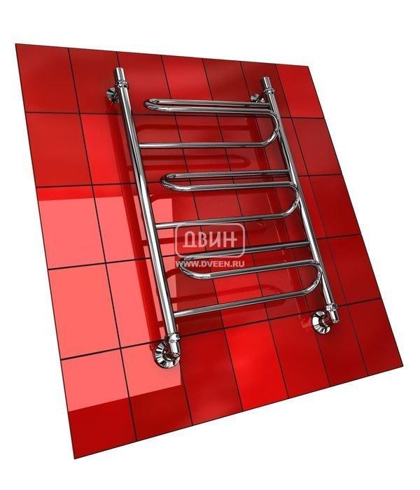 Водяной полотенцесушитель лесенка Двин W (1 - 1/2) 60/50Лесенка<br>Двин W (1 - 1/2) 60/50   это полотенцесушитель-лесенка с подводом горячей воды, форма которого не совсем привычна. Его перекладины выполнены в виде змеевика и отодвинуты относительно осей. Эксплуатировать такой прибор можно в любой ванной комнате, где есть контур централизованного ГВС. Срок службы полотенцесушителя удивительно долог, а его использование характеризуется практичностью.<br>Особенности и преимущества водяных полотенцесушителей Двин серии  W<br><br>Полотенцесушитель оборудован клапаном Маевского (находится под декоративным колпачком), что позволяет без труда удалить образовавшуюся воздушную пробку<br>Количество перекладин зависит от высоты полотенцесушителя<br>Пищевая нержавеющая сталь марки AISI304<br>Толщина стенки коллектора:  2,0 мм<br>Давление при испытании:  40 атм<br>Максимально возможная температура воды 110 С<br>Маркировка:  Фирменная голограмма и лазерная гравировка номера партии<br>Тепловая мощность, в зависимости от типоразмера полотенцесушителя, составляет до 630 Q-Вт<br>Срок службы более 10 лет<br><br>Комплектация:<br><br>полотенцесушитель<br>упаковка (картонная коробка, полиэтиленовый пакет)<br>гарантийный талон<br>паспорт на изделие<br>фитинги:<br><br><br>клапан Маевского   2 шт,<br>декоративный колпачок   2 шт,<br>крепеж телескопический   1 шт,<br>уголок гайка/гайка 1/  ,<br>отражатель глубокий  ,<br>эксцентрик   /  .<br><br>Выберите свой цвет полотенцесушителя:<br> <br>При заказе в цвете вся фурнитура и краны тоже будут окрашены в цвет.<br>Цена указана за полотенцесушители без цветного покрытия. Для определения стоимости прибора в цвете обратитесь к менеджеру.<br>Обратите внимание! Товар поставляется под заказ. Срок выполнения заказа 10 дней.<br>Разрабатывая свои полотенцесушители, компания Двин неизменно акцентирует внимание на надежности. Их приборы очень популярны у российских покупателей именно благодаря отличному качеству в сочетании с невысокой ценой. Семейство  W 