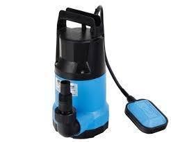 Фекальный насос Джилекс ФЕКАЛЬНИК 230/8230 л/мин<br>ФЕКАЛЬНИК 230/8   насос является модификацией серии Дренажник, который позволяет откачивать сильнозагрязненные воды, содержащие крупные включения. Насос с производительность 230 л/мин предназначен для бытового и промышленного использования, имеет прочный пластиковый корпус. Электродвигатель находиться в герметичном корпусе, что позволяет использовать насос в погруженном положении.<br> Особенности насосного оборудования серии  ФЕКАЛЬНИК :<br><br>Применяется в бытовых целях, может служить как для откачки канализационных вод, так и для подачи воды из открытых водоемов, колодцев и пр.;<br>Особенности работы   конструкция предполагает работу в погруженном состоянии;<br>Наличие специально камеры для теплообмена позволяет эксплуатировать насос в частично погруженном состоянии;<br>Электродвигатель насоса оснащен выключателем поплавкового типа;<br>Выключать имеет заводскую настройку, которую при необходимости можно изменить;<br>Наличие защиты от перегрева;<br>Подшипники электродвигателя не требуют замены смазки   нет необходимости в техническом обслуживании;<br>Защита от коррозии   корпус выполнен из прочного пластика.<br><br>Данная модель является модификацией дренажного насоса  Дренажник , который предназначен для откачки дренажных вод. Особенность и отличие представленной модели в том, что насос позволяет откачивать воды с содержанием твердых частиц, размер которых не превышает 35 мм. При этом нет никаких ограничений, чтобы использовать насоса  Фекальник  в бытовых целях, например, осуществлять полив на дачном участке или производить забор из открытых водоемов. В линейке погружных насосов данной серии представлены модели с корпусом из пластика или с корпусом из нержавеющей стали, обеспечивающим надежную защиту от коррозии. <br><br>Страна: Россия<br>Производитель: Россия<br>Качество воды: дренажные/канализационные<br>Производ. л/мин: 230<br>Max напор, м: 8<br>диаметр пропускаемых частиц, мм: 35<br>Max глубина погружения, 
