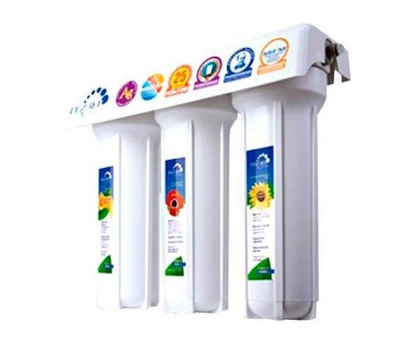 Фильтр для воды Гейзер 3ВК люксПод мойку<br>Водоочиститель 3ВК люкс от торговой марки Гейзер &amp;ndash; это прекрасный выбор для полного очищения воды. Представленная модель включает в себя несколько картриджей:<br><br>картридж для предварительной (механической) фильтрации воды;<br>картридж из гранулированного кокосового угля СВС, который прекрасно задерживает свободный хлор и органику. Изготовлен по технологии карбон блок;<br>картридж из кокосового угля с ионами серебра СВС Ag &amp;ndash; выполнен по технологии карбон блок и предназначен для обеззараживания воды, с чем справляется весьма успешно.<br><br>Ресурс работы картриджей &amp;ndash; до шести тысяч литров у механического и до семи тысяч литров у угольных. Однако срок эксплуатации напрямую зависит от исходного качества воды.<br>Компания Гейзер в своих передовых системах очистки воды использует поистине уникальные и инновационные технологии, которые позволяют добиться весьма впечатляющих результатов. Фильтрующие материалы от этого бренда были протестированы такими авторитетными организациями, как Исследовательский Университет в городе Феррары, знаменитая компания из США Ahlstrom Filtration, а также Российская академия медицинских наук и др. Фильтры Гейзер соответствуют американским стандартам 42, 53, 61 NSF и европейскому стандарту, принятому во всем мире, EN14476:2007.<br><br>Страна: Россия<br>Колво степеней очистки: 3<br>Фильтрация, л/м.: 3,0<br>Емкость, л: None<br>Минерализатор: None<br>Умягчение: Есть<br>Очистка от хлора: Есть<br>Очистка от тяжелых металлов: Есть<br>Очистка от ржавчины: Есть<br>Очистка от пестицидов: Есть<br>Очистка от фенола: None<br>Габариты, мм: 400х370х150<br>Вес, кг: 7<br>Гарантия: 3 года<br>Ширина мм: 370<br>Высота мм: 400<br>Глубина мм: 150