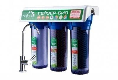 Фильтр для воды Гейзер Био 332Под мойку<br>Хотите получать чистую питьевую воду без кипячения, прямо из крана? Тогда вам стоит обратить внимание на проточный фильтр под мойку Гейзер Био 332. Представленный аксессуар предназначен для работы с холодной сверхжесткой водой. Фильтр не просто очищает и смягчает воду, но и обеззараживает ее, задерживает излишки свободного хлора, а также улучшает вкус и цвет. Оснащен данный фильтр тремя ступенями очистки. Стандартная комплектация включает кран №6 для очищенной воды.<br>Компания Гейзер в своих передовых системах очистки воды использует поистине уникальные и инновационные технологии, которые позволяют добиться весьма впечатляющих результатов. Фильтрующие материалы от этого бренда были протестированы такими авторитетными организациями, как Исследовательский Университет в городе Феррары, знаменитая компания из США Ahlstrom Filtration, а также Российская академия медицинских наук и др. Фильтры Гейзер соответствуют американским стандартам 42, 53, 61 NSF и европейскому стандарту EN14476:2007.  <br>Ресурс сменных картриджей:<br><br><br><br><br>Арагон-Ж БИО<br><br><br>7000 л<br><br><br><br><br>БС - 10SL<br><br><br>4000 л<br><br><br><br><br>ММВ - 10SL<br><br><br>До 10000 л<br><br><br><br><br> <br><br>Страна: Россия<br>Колво степеней очистки: 3<br>Фильтрация, л/м.: 3,0<br>Емкость, л: None<br>Минерализатор: None<br>Умягчение: Есть<br>Очистка от хлора: Есть<br>Очистка от тяжелых металлов: Есть<br>Очистка от ржавчины: Есть<br>Очистка от пестицидов: Есть<br>Очистка от фенола: Есть<br>Габариты, мм: 380x310x140<br>Вес, кг: 7<br>Гарантия: 3 года<br>Ширина мм: 310<br>Высота мм: 380<br>Глубина мм: 140